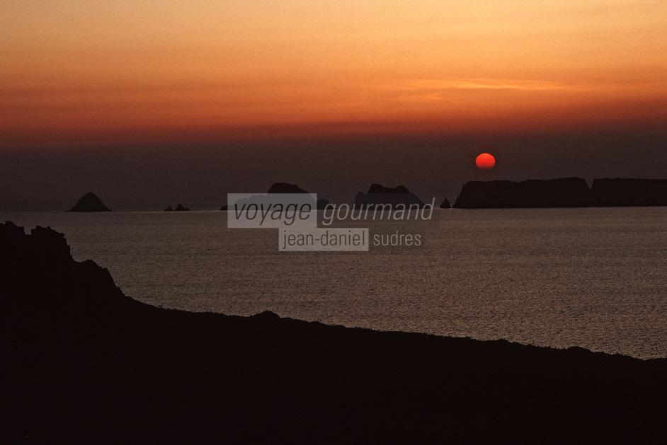 Europe/France/Bretagne/29/Finistère/Env de Camaret/Pointe de Penhir: Soleil couchant sur la pointe du Penhir, les tas de pois et la pointe de Dinan