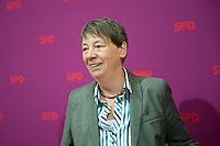 Berlin, die designierte Bundesumweltministerin Barbara Hendricks (SPD) am Sonntag (15.12.13) im Willy-Brandt-Haus vor der Sitzung des SPD-Parteivorstands.<br /> Foto: Steffi Loos/CommonLens