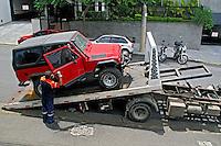 Transporte de carro em guincho. São Paulo. 2009. Foto de Juca Martins.