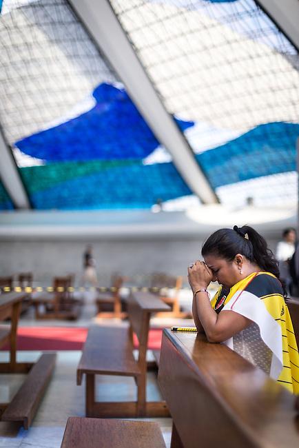Hinchas de la Seleccion Colombia rezan en la Catedral de  Brasilia el  17 Junio 2014.<br /> <br />  Lorenzo Moscia/Archivolatino<br /> lCOPYRIGHT: Archivolatino<br /> Solo para uso editorial, prohibida su venta y su uso comercial.eccion Colombia en Brasilia