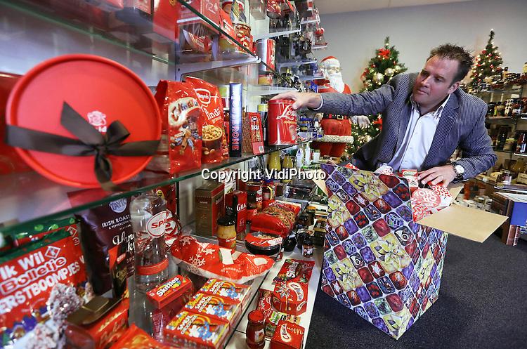Foto: VidiPhoto<br /> <br /> MEIJEL - De kerstpakketten zijn dit jaar een stuk groter. Het eerste serieuze signaal dat de recessie op z'n retour is. Dat constateert Rob van Pol uit het Limburgse Meijel, specialist in kerstpakketten, waar dinsdag de eerste dozen voor de Kerst al worden gevuld. Bedrijven trekken dit jaar duidelijk meer geld uit voor een fatsoenlijk kerstpakket voor hun werknemers. Bij Van Pol loopt het op dit moment daarom nu ook storm met de bestellingen voor het eindejaarspakket. Naast de aantrekkende economie, merkt Van Pol dat veel werkgevers terugkomen op eerdere besluiten om te bezuinigen op het kerstpakket, omdat dit soort voor een negatieve sfeer in het bedrijf. De fiscale grens voor een kerstpakket ligt dit jaar op 70 euro.