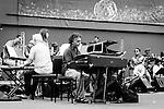 L'Orchestra di Piazza Vittorio nasce da un'idea di Mario Tronco, componente della Piccola Orchestra degli Avion Travel il quale trova nel quartiere Esquilino di Roma mescolanze di suoni di etnie diverse.<br /> Cos&igrave; raduna musicisti provenienti dai 4 angoli del mondo per farne un gruppo, composto da circa 21 elementi, che riesce a fondere i suoni caratteristici di ognuno. <br /> Il progetto si realizza grazie all'Associazione Culturale Apollo 11, fondata nel 2001 da Tronco e Ferrente insieme ad altri artisti e operatori culturali per salvare lo storico cinema Apollo che stava per essere trasformato in una sala bingo.<br /> <br />  COOPI - Cooperazione Internazionale &egrave; un'organizzazione non governativa italiana laica e indipendente che lotta contro ogni forma di povert&agrave; per migliorare il mondo. <br /> Con la campagna di sensibilizzazione IO NON ME NE FREGO, COOPI era all'auditorium di Roma il 23 giugno u.s., per far si che l'Orchestra di Piazza Vittorio diventasse Partner Ufficiale.<br /> <br /> S4C era l&igrave;, con tutti loro, in un'atmosfera di allegria e serenit&agrave;, con la consapevolezza che ognuno dei componenti dell'Orchestra si era messo a disposizione per aiutare una causa di notevole importanza, con tutto che vi erano tempi strettissimi per il sound ceck.<br /> <br /> In un ambiente di questo genere non sempre si trovano persone disposte a &quot;perdere&quot; il proprio tempo per iniziative come queste, eppure L'Orchestra di Piazza Vittorio ha dimostrato di avere cuore e gentilezza, non solo estrema bravura.