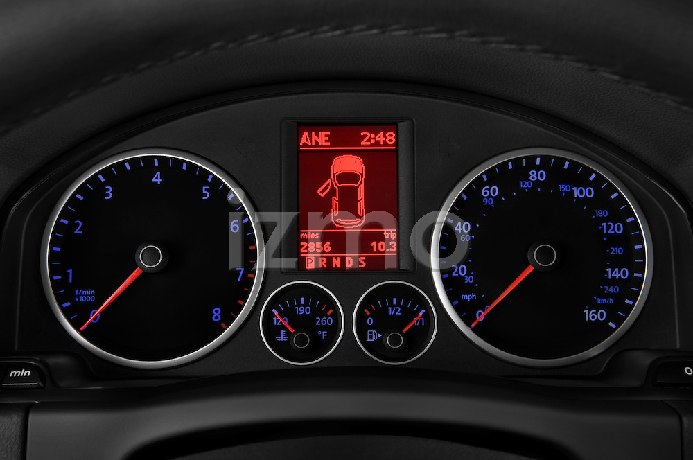 Instrument panel close up detail view of a 2009 Volkswagen Tiguan SEL