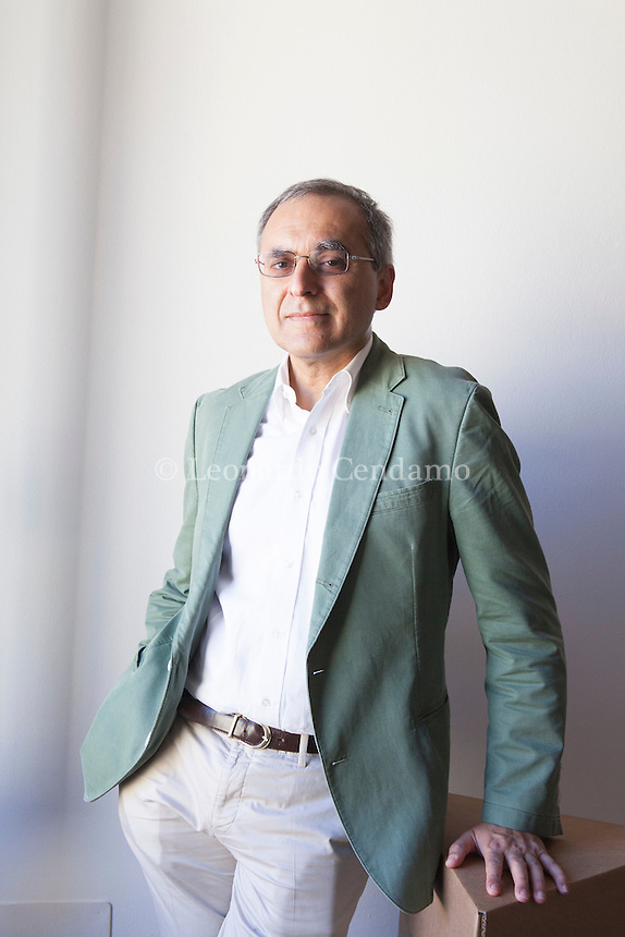 """Sukhdev """"Se una cosa non ha prezzo non significa non abbia valore"""". ... Pavan Sukhdev, economista, dopo più di vent'anni alla Deutsche . Pavan Sukhdev is an environmental economist whose field of studies include green economy and international finance. He was the Special Adviser and Head of UNEP's Green Economy Initiative, a major UN project suite to demonstrate that greening of economies is not a burden on growth but rather a new engine for growing wealth, increasing decent employment, and reducing persistent poverty. Mantova Festivaletteratura 2016. © Leonardo Cendamo"""
