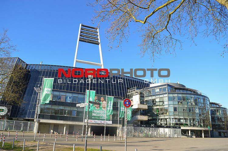 22.03.2020, Osterdeich, Bremen, SARS-CoV-2 / Covid-19). Weser Stadion, im Bild<br /> <br /> Thema Corona<br /> <br /> Feature rund um das Weserstadion - <br /> Stadionbereich - Uebersicht, Solarzellen, Banner, <br /> <br /> Eingangsbereich Banner / Spruchband Teamgeist inklusive <br /> <br /> Foto © nordphoto / Hollmann