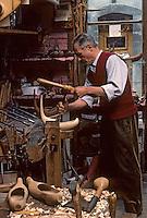 Europe/France/Midi-Pyrénées/09/Ariège/Castillon-en-Couserans: Fabrique de sabots bethmalais - Travail à la cuillière pour creuser<br /> PHOTO D'ARCHIVES // ARCHIVAL IMAGES<br /> FRANCE 1980