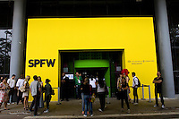 Sao Paulo_SP, Brasil...Pessoas na porta do Sao Paulo Fashion Week...People next to the door of Sao Paulo Fashion Week...Foto: MARCUS DESIMONI / NITRO