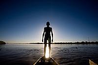 Pedras de Maria da Cruz _ MG, Brasil...Silhueta de um garoto na canoa no Rio Sao Francisco...A Boy silhouette on the canoe in Sao Francisco river...Foto: LEO DRUMOND / NITRO