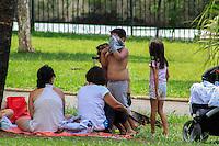 SÃO PAULO, SP. 28.12.2014 - PARQUE DA INDEPENDÊNCIA - Paulistanos aproveitam as folgas de fim de ano no parque da independência, zona sul da capital paulista na tarde deste domingo, (28). (Foto: Renato Mendes/ Brazil Photo Press)
