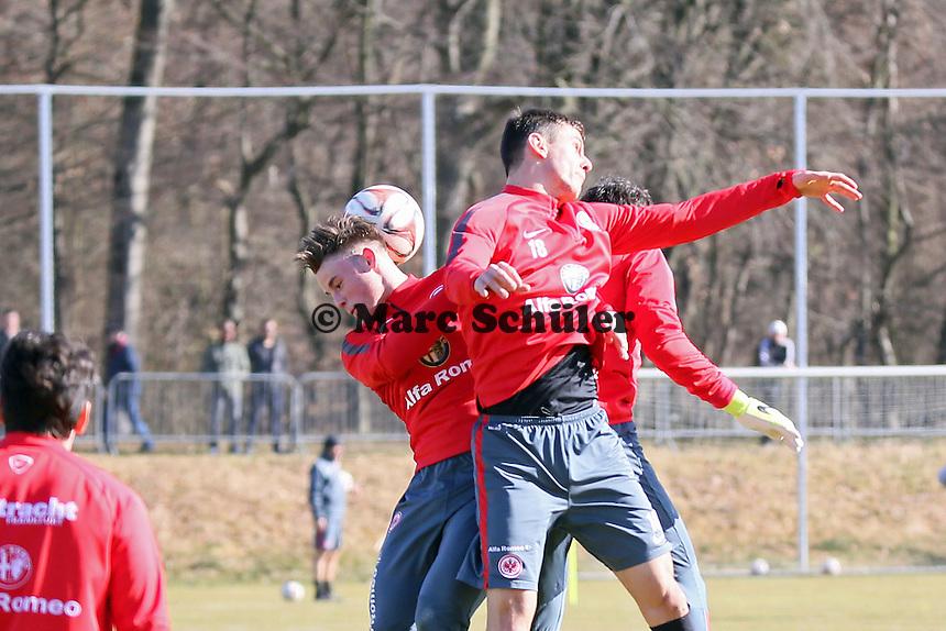 Luca Waldschmidt gegen Johannes Flum (Eintracht) - Eintracht Frankfurt Training, Commerzbank Arena