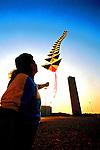 Jovem empinando pipa na USP, São Paulo. 1998. Foto de Juca Martins.