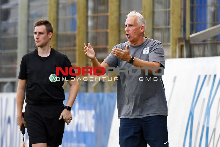 12.06.2020, Hänsch-Arena, Meppen, GER, 3.FBL, SV Meppen vs. Hallescher FC, <br /> <br /> im Bild<br /> Trainer Christian Neidhart (SV Meppen) gibt Anweisungen, gestikuliert, Gestik, Geste, gestikuliert mit den Armen.<br /> <br /> <br /> DFL REGULATIONS PROHIBIT ANY USE OF PHOTOGRAPHS AS IMAGE SEQUENCES AND/OR QUASI-VIDEO<br /> <br /> Foto © nordphoto / Paetzel