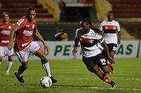 ATENÇÃO EDITOR: FOTO EMBARGADA PARA VEÍCULOS INTERNACIONAIS - SÃO PAULO, SP, 17 DE OUTUBRO DE 2012 - CAMPEONATO BRASILEIRO - PORTUGUESA x FLAMENGO: Vagner Love (d) durante partida Portuguesa x Flamengo, válida pela 31ª rodada do Campeonato Brasileiro de 2012 no Estádio do Canindé. FOTO: LEVI BIANCO - BRAZIL PHOTO PRESS