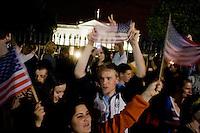 """STX09 WASHINGTON (EEUU) 02/05/2011.- Cientos de estadounidenses celebran con júbilo la muerte de Osama bin Laden en un operativo de Estados Unidos en Pakistán, en las inmediaciones de la Casa Blanca, en Washingon (Estados Unidos), hoy, lunes 2 de mayo de 2011. Manifestaciones de júbilo, gritos de """"USA, USA"""", banderas estadounidenses y bocinas de automóviles pitando en son de celebración se escucharon durante varias horas desde la medianoche del domingo en el centro de Washington, donde miles de personas manifestaban su alegría por la noticia. Inmediatamente después de que corriera por twitter y los distintos medios de comunicación la noticia de la muerte del cerebro de los ataques del 11 de Septiembre de 2001, grupos de personas comenzaron a concentrarse en las inmediaciones de la Casa Blanca. La euforia se hizo palpable cuando el presidente de EEUU, Barack Obama confirmó, la muerte del terrorista más buscado de EEUU. EFE/SHAWN THEW"""