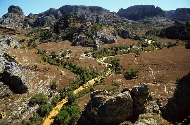Paysage dans le massif de l'Isalo. *** Landscape in Isalo mountain.