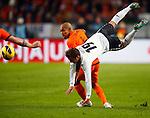 Nederland, Amsterdam, 14 november 2012 .Seizoen 2012-2013.Oefeninterland.Nederland-Duitsland .Nigel de Jong (l.) van Nederland en Mario Gotze (r.) van Duitsland strijden om de bal.