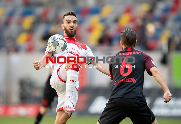 Kenan KARAMAN l. (D) im Zweikampf gegen Jeffrey GOUWELEEUW (A),<br />