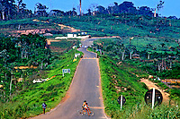 Estrada PA-275 em Eldorado. Pará. 1988. Foto de Juca Martins.