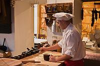 Europe/Voïvodie de Petite-Pologne/Cracovie:  au restaurant: Polskie Jaddlo Klasyka Polska - Préparation des galettes de pain: Podplomyki
