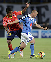 BOGOTÁ -COLOMBIA, 02-11-2014. Mayer Candelo (Der) jugador de Millonarios disputa el balón con Faber Cañaveral (Izq) jugador de Uniautónoma durante partido por la fecha 17 de la Liga Postobón II 2014 jugado en el estadio Nemesio Camacho el Campín de la ciudad de Bogotá./ Mayer Candelo (R) player of Millonarios fights for the ball with Faber Cañaveral (L) player of Uniautonoma during the match for the 17th date of the Postobon League II 2014 played at Nemesio Camacho El Campin stadium in Bogotá city. Photo: VizzorImage/ Gabriel Aponte / Staff