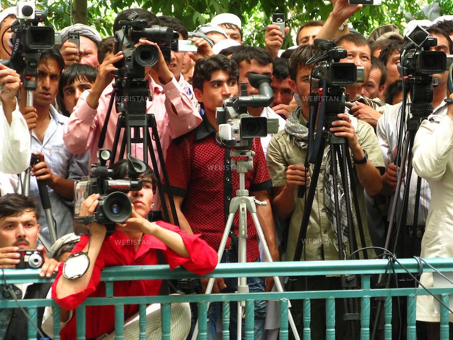AFGHANISTAN - PROVINCE DE SAMANGAN - AYBAK - 5/08/2009 : Rassemblement de population, en majorite Ouzbek, venue ecouter et soutenir le Dr. Abdullah Abdullah, candidat aux elections presidentielles afghanes de 2009. .Journalistes afghans assistant a un discours du Dr. Abdullah Abdullah...AFGHANISTAN - SAMANGAN PROVINCE - AYBAK - 5/08/2009 : At a rally where mostly ethnic Uzbeks have gathered in support  of Dr. Abdullah Abdullah, candidate in the 2009 Afghan presidential elections..Afghan journalists document Dr. Abdullah Abdullah 's speech.