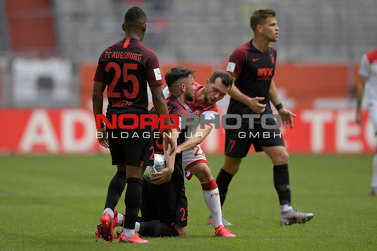 Streit um den Ball-Marco RICHTER (FC Augsburg) mit <br />Kevin STOEGER (Fortuna Duesseldorf).<br />li:Carlos GRUEZO (FC Augsburg).<br /><br />Fussball 1. Bundesliga, 33.Spieltag, Fortuna Duesseldorf (D) -  FC Augsburg (A), am 20.06.2020 in Duesseldorf/ Deutschland. <br /><br />Foto: AnkeWaelischmiller/Sven Simon/ Pool/ via Meuter/Nordphoto<br /><br /># Editorial use only #<br /># DFL regulations prohibit any use of photographs as image sequences and/or quasi-video #<br /># National and international news- agencies out #
