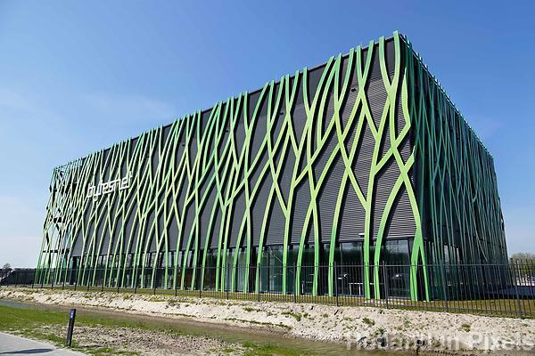 Nederland -  Groningen -  april 2019.  Bytesnet heeft op het Zernike complex in Groningen een nieuw datacenter geopend: d'Root. De voorziening beschikt onder meer over een datalab. Daarin zijn werk-, presentatie-, onderzoeks- en testruimtes beschikbaar voor klanten en partners van Bytesnet. Daaronder bevinden zich diverse kennis- en onderzoeksinstellingen en innovatieve bedrijven uit de regio. Bytesnet is een Nederlandse aanbieder van datacenterdiensten. Het datalab biedt meer dan alleen de veilige en betrouwbare opslag van data en snelle verbindingen. Bytesnet spreekt over een data competence center in plaats van een datacenter. De eerste gebruiker van het datalab is Digital Society Hub. Dit is een innovatiewerkplaats van het Instituut voor Communicatie van de Hanzehogeschool Groningen. Het gebouw is een ontwerp van TEAM 4 Architecten.   Foto Berlinda van Dam / Hollandse Hoogte