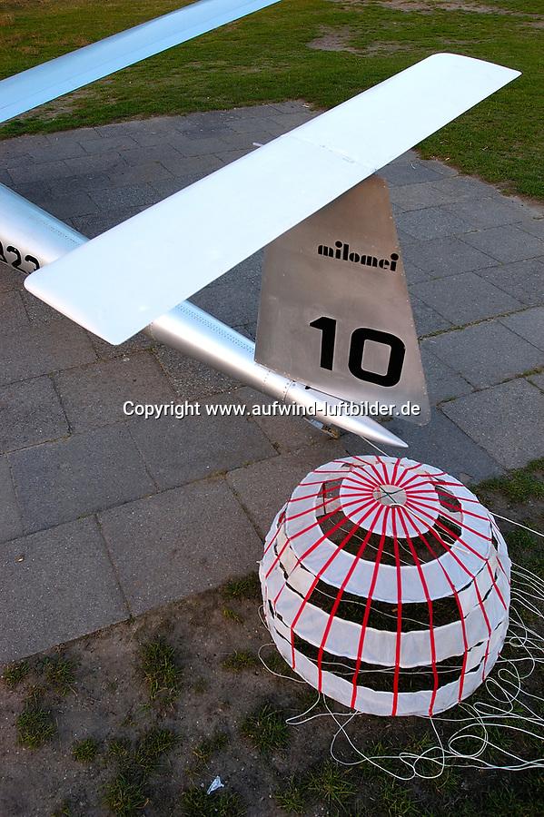 MILOMEI M1: EUROPA, DEUTSCHLAND, HAMBURG 07.10.2005: Segelflugzeug milomei M1, Metallbauweise, Aluminium. das ab 1962 in Hamburg Boberg von Michael Lorenz Meier, Klaus Tesch und Herbert Loehner gebaute Flugzeug wir jetzt im Technik- und Verkehrsmuseum von Stade zu sehen sein. Das Segelflugzeug hat eine Spannweite von 13 Meter und eine Fluegelfläche von 6,5 Quadratmeter. Als Besonderheit zaehlt das Pendel Seiten und Hoehenrudersowie ein Bremsschirm