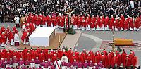 Roma 8/4/2005 St Peter's square<br /> <br /> Rome - Vatican City, 8-4-2005: John Paul II's funeral in piazza San Pietro.<br /> <br /> Funerali del Papa Giovanni Paolo II <br /> <br /> Foto Rap Insidefoto