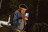 Europe/France/Aquitaine/24/Dordogne/Vallée de la Dordogne/Route des Vins de Bergerac/Chateau Lavaud : Dégustation dans les caves [Non destiné à un usage publicitaire - Not intended for an advertising use] <br /> PHOTO D'ARCHIVES // ARCHIVAL IMAGES<br /> FRANCE 1980