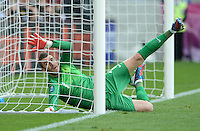 FUSSBALL  EUROPAMEISTERSCHAFT 2012   VORRUNDE Italien - Kroatien                    14.06.2012 Tor zum 1:0: Stipe Pletikosa (Kroatien) streckt sich vergebens.