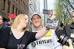 DTM Duesseldorf 2009<br /> Vorstellung und Eroeffnung<br /> <br /> Bei der Autogrammrunde der Fahrer  lie&szlig; sich Ralf Schumacher auch mit seinen weiblichen Fans fotgrafieren.<br /> <br /> Foto &copy; nph (nordphoto)