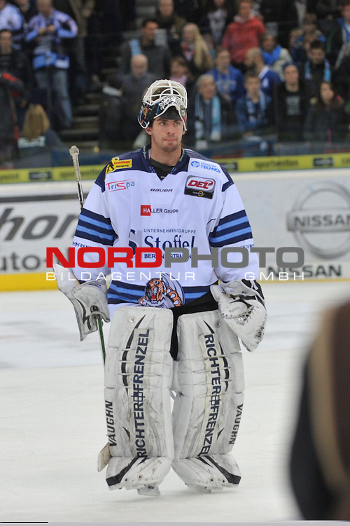 19.01.2014,  O2 World, Hamburg, GER, DEL, Hamburg Freezers vs Straubing Tigers, im Bild Torhueter Jason Bacashihua (Straubing #33) laesst nach der Niederlage den Kopf haengen//, Hamburg  Foto © nordphoto / Witke