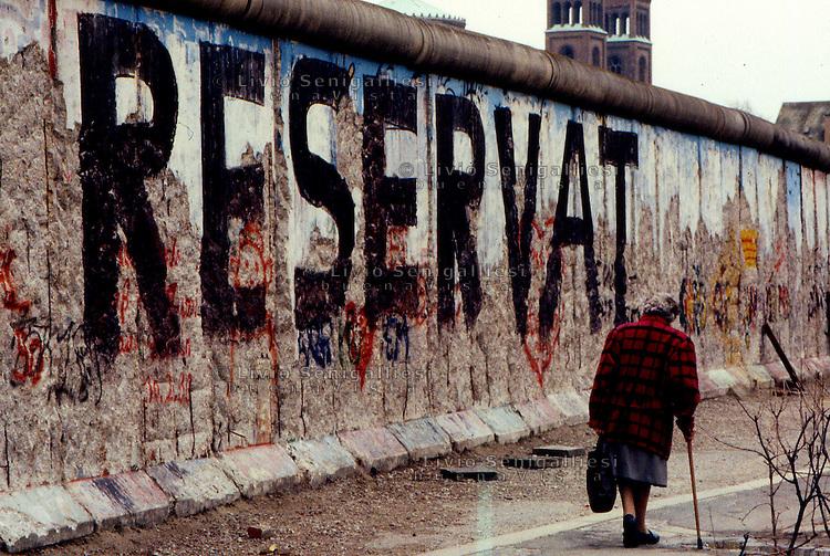 BERLINO / GERMANIA - 20 NOVEMBRE 1989.IL MURO NEI PRESSI DELLA POTSDAMER PLATZ..FOTO LIVIO SENIGALLIESI..BERLIN / GERMANY - 20 NOVEMBER 1989.THE WALL NEAR POTSDAMER PLATZ..PHOTO BY LIVIO SENIGALLIESI