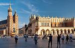 Kraków 2019-09-11. Kościół Mariacki i Sukiennice na Rynku Głównym w Krakowie, Polska<br /> St. Mary's Church, Main Market Square in Cracow, Poland