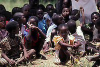 ZIMBABWE - Karanga, scuola rurale, il momento della ricreazione.ZIMBABWE - Karanga, rural school, playtime.