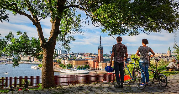 Ett par njuter av utsikten från Per Anders Fogelströms park på Mariaberget i Stockholm