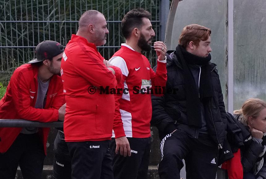 Trainer Francisco Ortega (Büttelborn) mit Interims Co-Trainer Claudio Pascai (l.) - Büttelborn 03.11.2019: SKV Büttelborn vs. SV 07 Nauheim, Gruppenliga Darmstadt