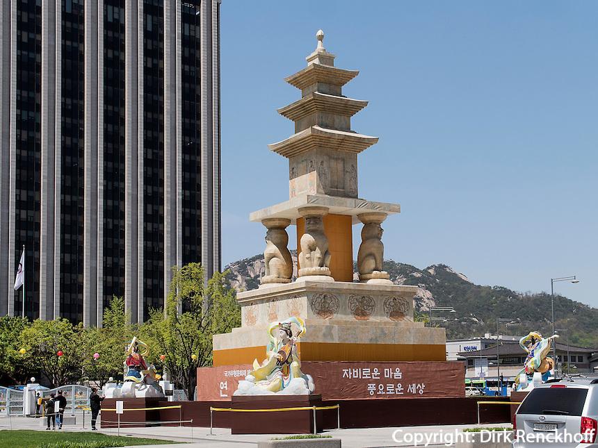 Pagode am Gwanghwamun Platz und Schmuck zu Buddha's Geburtstag, Seoul, S&uuml;dkorea, Asien<br /> pagoda with decoration for Buddha's birthday at Gwanghwamun place in Seoul, South Korea, Asia