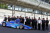 Verizon IndyCar Series<br /> Indianapolis 500 Qualifying<br /> Indianapolis Motor Speedway, Indianapolis, IN USA<br /> Monday 22 May 2017<br /> Scott Dixon, Chip Ganassi Racing Teams Honda poses for front row photos with his team<br /> World Copyright: Phillip Abbott<br /> LAT Images<br /> ref: Digital Image abbott_indyQ_0517_21677