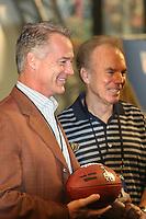 Ball mit dem Logo des Super Bowl XLV in den H&auml;nden von Darryl Johnston und Roger Staubach<br /> Vorstellung Logo Super Bowl XLV, Super Bowl XLIV Pressekonferenzen *** Local Caption *** Foto ist honorarpflichtig! zzgl. gesetzl. MwSt. Auf Anfrage in hoeherer Qualitaet/Aufloesung. Belegexemplar an: Marc Schueler, Alte Weinstrasse 1, 61352 Bad Homburg, Tel. +49 (0) 151 11 65 49 88, www.gameday-mediaservices.de. Email: marc.schueler@gameday-mediaservices.de, Bankverbindung: Volksbank Bergstrasse, Kto.: 52137306, BLZ: 50890000