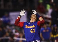 Victor Martinez de Venezuela le conecta de Homerun a Sergio Romo en la parte baja del septimo inning, durante el partido Mexico vs Venezuela, World Baseball Classic en estadio Charros de Jalisco en Guadalajara, Mexico. Marzo 12, 2017. (Photo: AP/Luis Gutierrez)