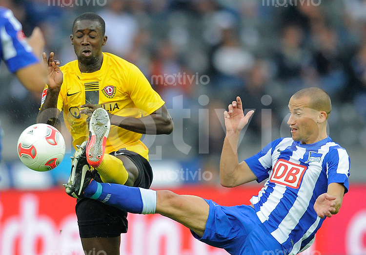 Fussball, 2. Bundesliga, Saison 2012/13, Hertha BSC Berlin - SG Dynamo Dresden, Mittwoch (26.09.12), Olympiastadion Berlin. Dresdens Cheikh Gueye (li.) gegen Herthas Peer Kluge.
