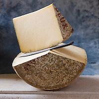 Europe/France/Auvergne/15/Cantal: Cantal AOC - Stylisme : Valérie LHOMME // Europe, France, Auvergne, Cantal:  Cantal cheese