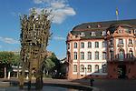 Osteiner Hof (1747-1752), von Johann Valentin Thomann, und Fastnachtsbrunnen (1967) auf dem Schillerplatz in Mainz, Rheinland-Pfalz, Deutschland<br /> <br /> Osteiner Hof, (1747-1752) by Johann Valentin Thomann, and Carnival Fountain (1967) by Blasius Spreng and Helmut Gr&auml;f, at the Schiller Square in Mainz<br /> <br /> Osteiner Hof, (1747-1752) por Johann Valentin Thomann, y Fuente de Carnaval (1967) por Blasius Spreng y Helmut Gr&auml;f, en la plaza de Schiller en Maguncia, Rheinland-Pfalz, Alemania