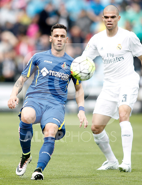 Getafe's Alvaro Vazquez (l) and Real Madrid's Pepe during La Liga match. April 16,2016. (ALTERPHOTOS/Acero)