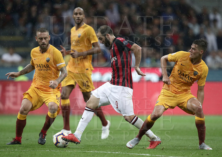 Calcio, Serie A: AC Milan - AS Roma, Milano stadio Giuseppe Meazza (San Siro) 31 agosto 2018. <br /> AC Milan's Gonzalo Higuain (c) in action with AS Roma's captain Daniele De Rossi (l) Patrik Schick (r) during the Italian Serie A football match between Milan and Roma at Giuseppe Meazza stadium, August 31, 2018. <br /> UPDATE IMAGES PRESS/Isabella Bonotto