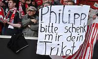 Fussball  1. Bundesliga  Saison 2015/2016  29. Spieltag  VfB Stuttgart  - FC Bayern Muenchen    09.04.2016 Ein FC Bayern Muenchen Fan bitte Philipp Lahm per Plakate sein Trikots