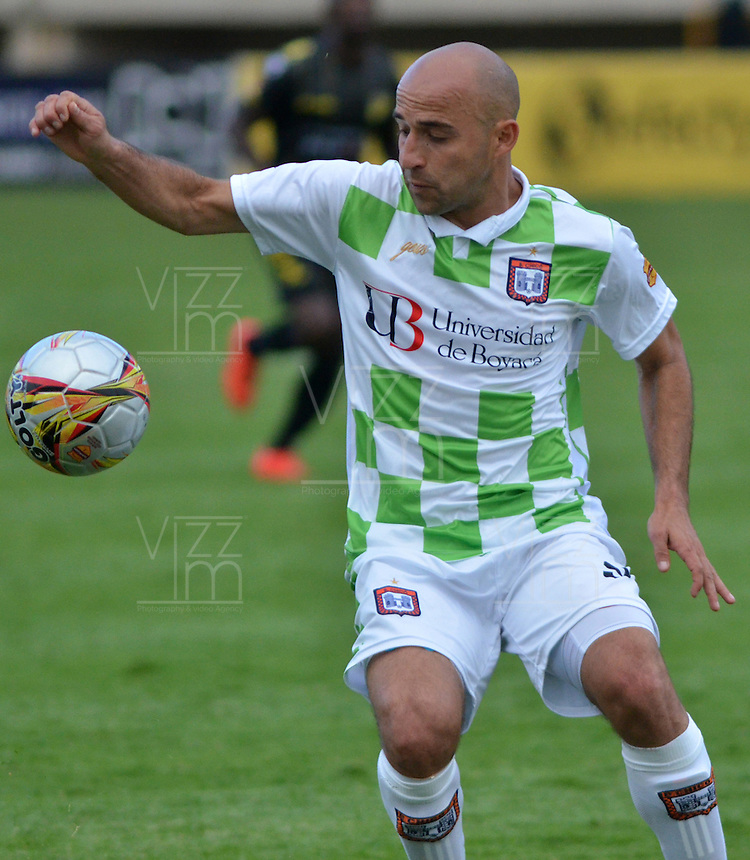 TUNJA - COLOMBIA -14 -02-2016: Edwards Jimenez, jugador de Boyaca Chico FC, en acción durante partido entre Boyaca Chico FC y Patriotas FC, por la fecha 3 de la Liga Aguila I-2015, jugado en el estadio La Independencia de la ciudad de Tunja. / Edwards Jimenez, player of Boyaca Chico FC, in action, during a match between Boyaca Chico FC and Alianza Petrolera, for the date 3 of the Liga Aguila I-2016 at the La Independencia  stadium in Tunja city, Photo: VizzorImage  / Cesar Melgarejo / Cont.