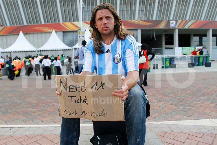 FUSSBALL WM 2010   VORRUNDE    Gruppe D   13.06.2010 Deutschland - Australien Ein Fan aus Argentinien sucht nach einen Tricket